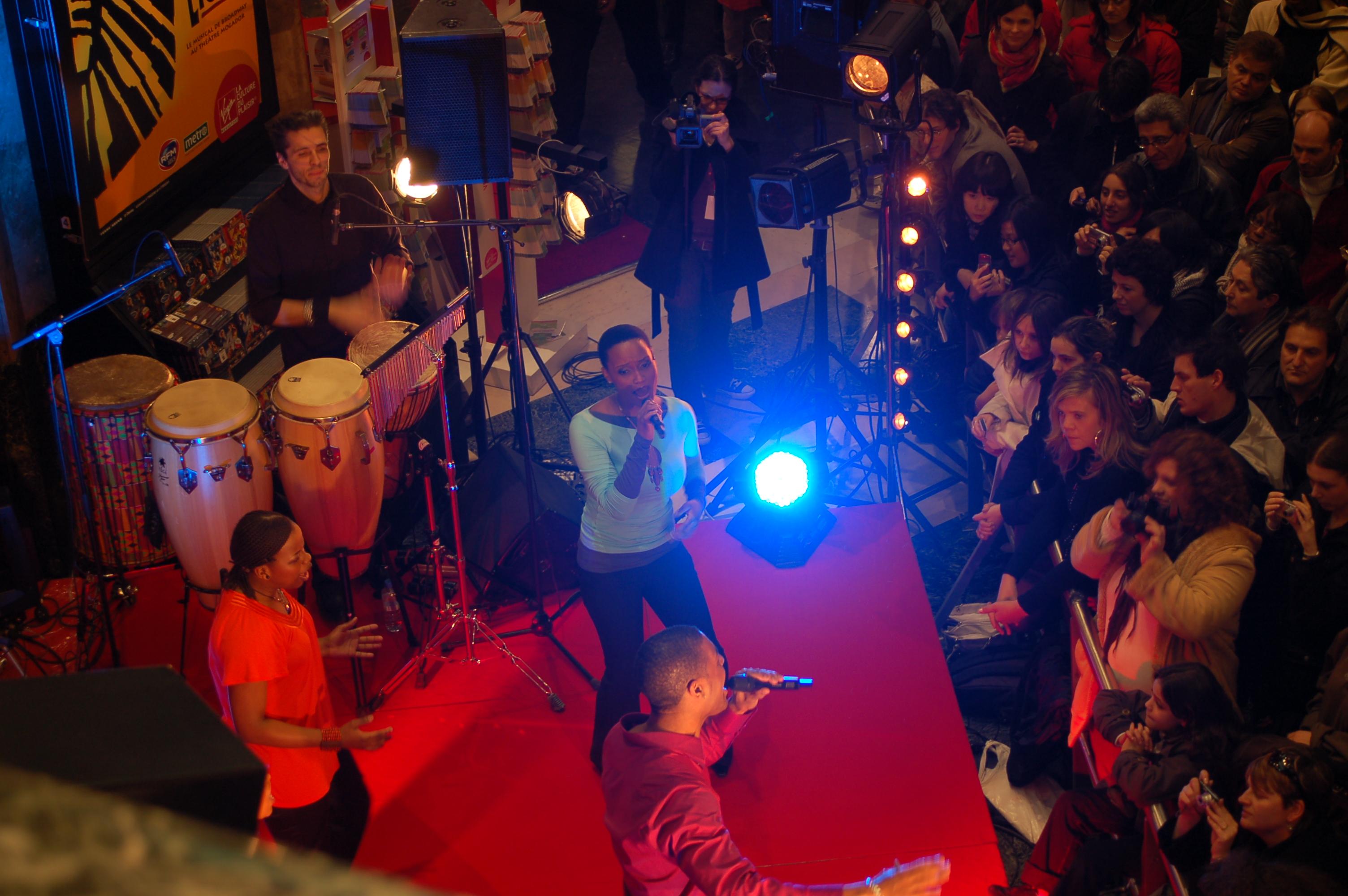 Le Roi Lion en mini-concert au Virgin Megastore - Il vit en toi