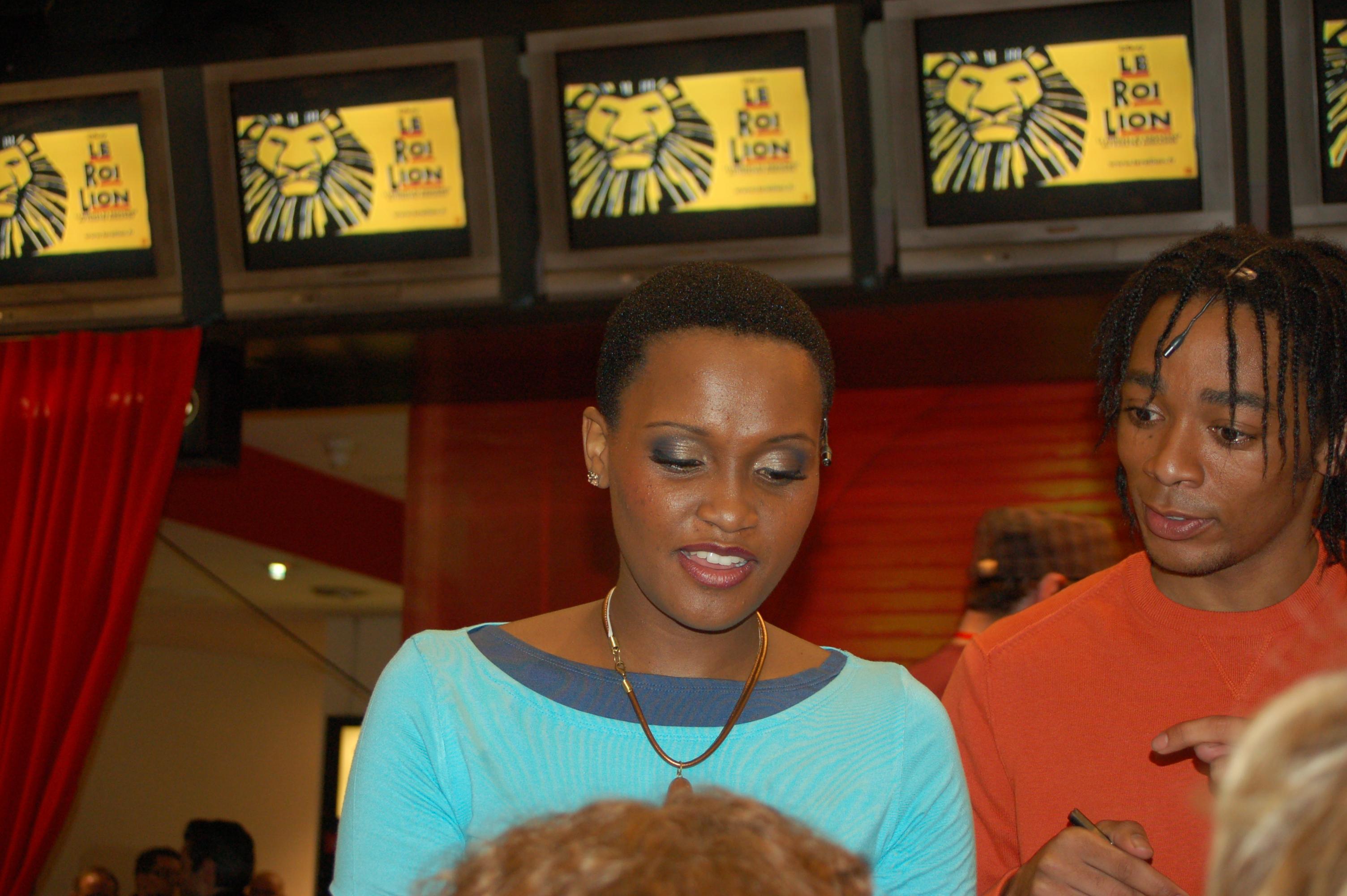 Le Roi Lion en mini-concert au Virgin Megastore - autographes